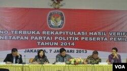 Para petinggi Komisi Pemilihan Umum (KPU) saat mengumumkan 10 partai politik yang dapat mengikuti pemilihan umum 2014.