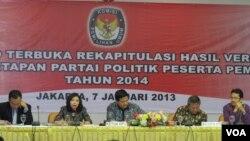 Lembaga penyelenggara pemilu (KPU) saat mengumumkan 10 nama partai politik yang akan mengikuti Pemilu Legislatif tahun 2014 (Foto: dok).
