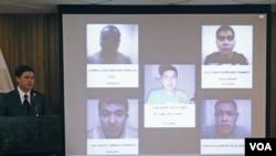Gubernur Nuevo Leon Rodrigo Medina (kiri) memperlihatkan gambar lima orang yang diduga kuat anggota kartel Zetas pelaku pembakaran Casino Royale di Monterrey, Mexico (29/8).
