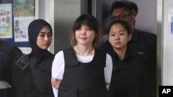 Đoàn Thị Hương (giữa) rời phiên xử đầu tiên tại tòa diễn ra ở Malaysia, 2/10/2017.