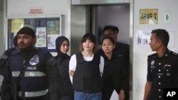 Cảnh sát dẫn bị cáo Đoàn Thị Hương (giữa) rời tòa án Shah Alam ở ngoại ô Kuala Lumpur hôm 2/10/2017.