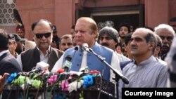 سابق وزیر اعظم نواز شریف لاہور میں علامہ اقبال کے مزار کے باہر صحافیوں سے گفتگو کر رہے ہیں۔ 14 اگست 2017