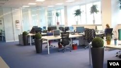 莫斯科的一家商業公司辦公室。許多辦公電腦來自聯想。 (美國之音白樺拍攝)