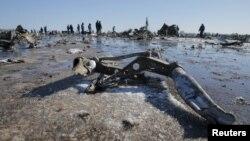 Petugas darurat di lokasi jatuhnya pesawat Boeing 737-800 Penerbangan FZ981 yang dioperasikan oleh FlyDubai, di bandara Rostov-On-Don, Rusia (20/3). (Reuters/Maxim Shemetov)
