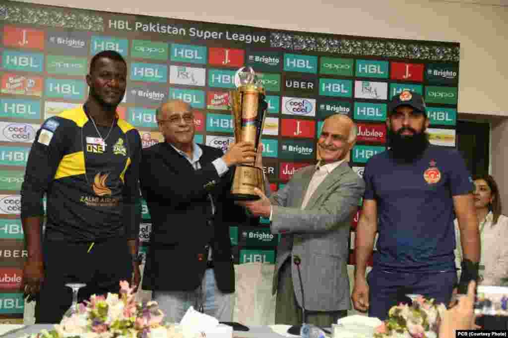 پاکستان کرکٹ بورڈ کے چیئر مین نجم سیٹھی اسلام آباد یونائٹڈ اور ڈیرین سیمی کے ساتھ پی ایس ایک کی ٹرافی دیکھا رہے ہیں
