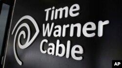 ເຄື່ອງໝາຍ ຂອງບໍລິສັດ Time Warner Cable ໄດ້ຖືກຕິດຕັ້ງໃຫ້ເຫັນ ຢູ່ທີ່ຮ້ານຄ້າຂອງບໍລິສັດ ໃນນະຄອນ New York, ວັນທີ 26 ພຶດສະພາ 2015.