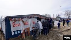 Yunanistan-Makedonya sınırında gönüllülerin mülteciler için kurduğu bir çay ocağı