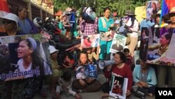Protestors from communities suffered from land rights dispute gathered at the Supreme Court on Wednesday, January 18, 2017, calling for the release of Tep Vanny, a leading land right activist in the Boeng Kak lake area. (Hul Reaksmey/VOA Khmer)