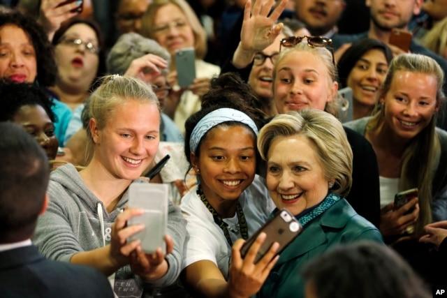 Ứng cử viên tổng thống của đảng Dân chủ Hillary Clinton chụp hình với các ủng hộ viên trong một cuộc vận động tranh cử tại Đại học Bridgeport ở Bridgeport, bang Connecticut.