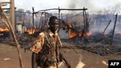 Южно-Суданский полицейский после взрыва на рынке