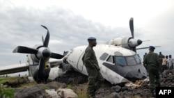 Des soldats assurent la sécurité autour de l'épave d'un Antonov 32 écrasé à Goma, RDC 26 mai 2008.