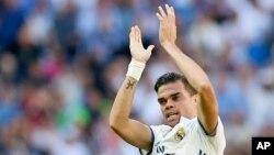 Pepe du Real Madrid jubile après avoir marqué un but lors d'un match entre le Real Madrid et Atletico de Madrid au stade Santiago Bernabeu à Madrid, Espagne, 8 avril 2017.