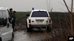 塞爾維亞軍方車輛在直升機墜毀現場進行調查。