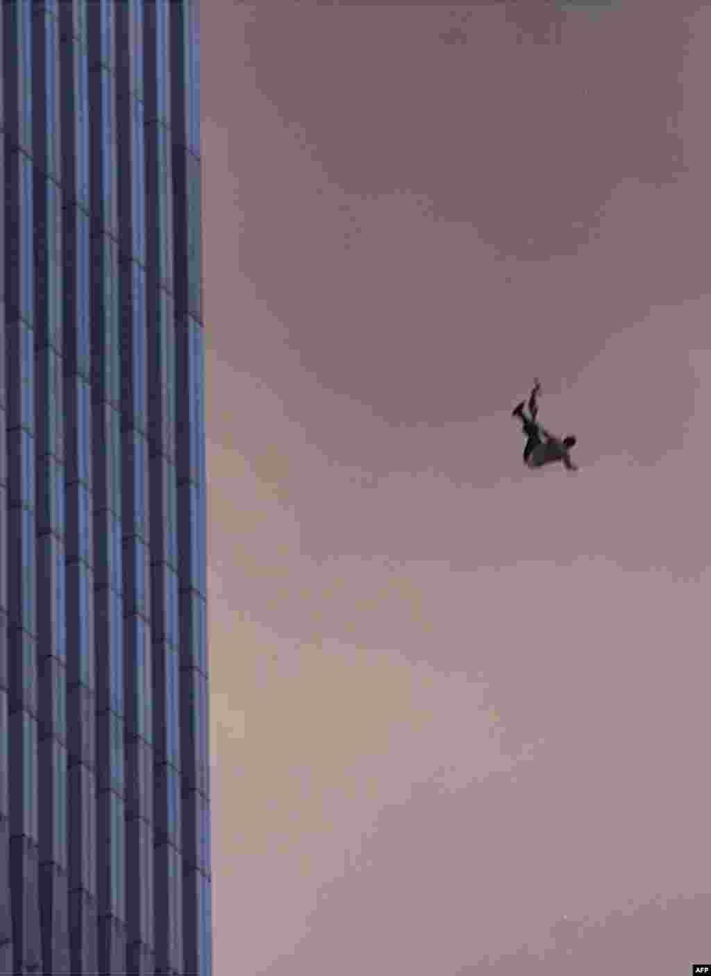 Jahon Savdo Markazi binosidan qulayotgan xodim.2001-yil, 11-sentabr. Nyu-York, AQSh.