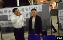 特首梁振英委任的新任嶺大校董何君堯在論壇與學生針鋒相對。(美國之音湯惠芸攝)