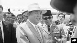 지난 1965년 인도네시아 반둥에서 열린 제 10회 아시아-아프리카 회의 참석을 위해 자카르타 공항에 도착한 김일성 북한 주석(왼쪽)을 수카르노 인도네시아 대통령이 환영하고 있다.