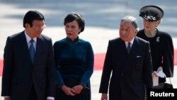 Chủ tịch nước Việt Nam Trương Tấn Sang (trái), phu nhân Mai Thị Hạnh (thứ hai từ trái sang), Nhật Hoàng Akihito (thứ hai từ phải sang) và Hoàng Hậu Michiko tham dự lễ nghênh đón ở Tokyo, 17/3/2014.