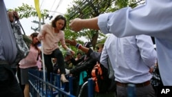Demonstran anti-pemerintah mengepung gedung milik Thaksin Shinawatra.