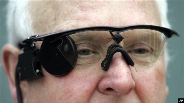 Seorang pasien di Coventry, Inggris, menggunakan kacamata yang dilengkapi dengan kamera yang berfungsi untuk merekam gambar yang dikirimkan ke retina buatan (Argus II) yang dicangkok di mata kanannya (Foto: dok). FDA telah memberikan ijin untuk penggunaan Argus II di Amerika.