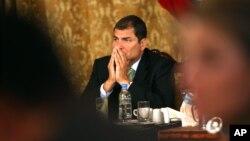 Seis policías fueron condenados a penas de cárcel por atacar al presidente de Ecuador, Rafael Correa.