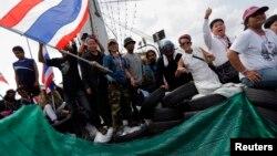 Para demonstran anti-pemerintah di Bangkok mengkonfrontasi polisi anti-huru hara Thailand (14/2). (Reuters/Damir Sagolj)