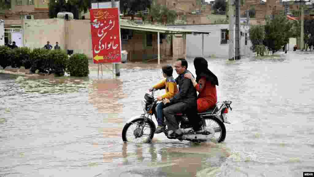 طغیان آب رودخانه دز در شمال خوزستان. عکس: مسعود محمدی، مهر