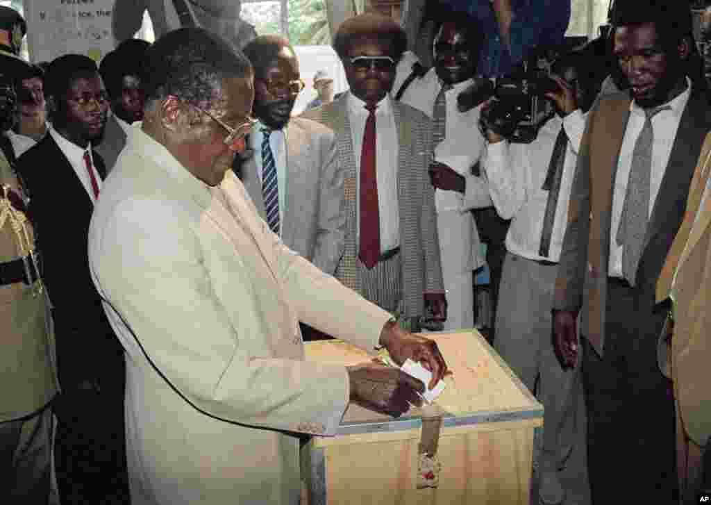 Robert Mugabe vote lors de l'élection présidentielle de 1990 à Harare, Zimbabwe.