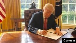 Sắc lệnh thứ nhì lần này có hiệu lực 10 ngày sau khi được Tổng thống ký ban hành hôm nay, khác với sắc lệnh đầu được ký trong một buổi lễ công khai tại Ngũ Giác Đài và có hiệu lực ngay tức thời hôm 27/1.
