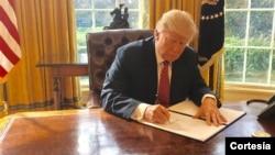 美国总统川普在签署行政令 (资料照片)