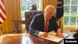 6일 도널드 트럼프 대통령이 백악관에서 행정명령에 서명하고 있다.