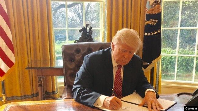 El presidente Donald Trump firmó la orden ejecutiva en la Casa Blanca antes del anuncio oficial. Medidas entran en vigencia el 16 de marzo.