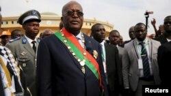 Le Président du Burkina Faso Roch Marc Kaboré quitte sa cérémonie d'investiture à Ouagadougou.