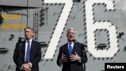 일본을 방문 중인 영국의 필립 해먼드 외교장관(왼쪽) 마이클 팰런 국방장관이 8일 요코스카 항에서 미 항공모함 로널드 레이건 호를 시찰했다.