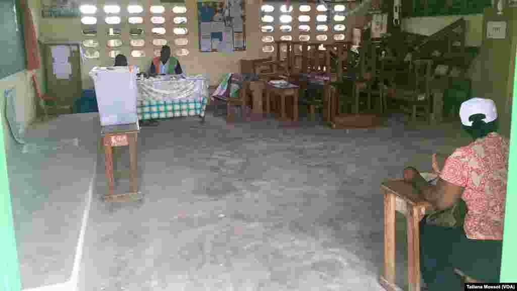 Dans ce bureau de vote de Cocody Anono, à Abidjan, les bureaux étaient vides à 11 h GMT.