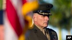 FILE - Jenderal John F. Kelly berdiri dalam upacara pergantian kepala Komando Selatan di Miami, November 2012.