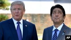 ປະທານາທິບໍດີສະຫະລັດ ທ່ານດໍໂນລ ທຣຳ, ຊ້າຍ ພົບປະກັບນາຍົກລັດຖະມົນຕີຍີ່ປຸ່ນ ທ່ານ Shinzo Abe ໃນສະຖານສະໂມສອນ Kasumigaseki ໃນ Kawagoe, ໃກ້ໆນະຄອນໂຕກຽວ, ວັນອັງຄານ, 5 ພະຈິກ 2017.
