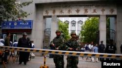 在2014年5月23日乌鲁木齐市发生自杀炸弹袭击后,中国武警在乌鲁木齐第五中学门前站岗(2014年5月23日)