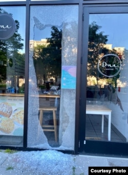 Dinding kaca Dua Coffee yang terdampak kerusuhan akibat demonstrasi George Floyd di Washington, D.C. (dok: Vivit Kavi)