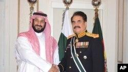 آرشیف: محمد بن سلمان، ولیعهد عربستان سعودی، راحیل شریف، جنرال بازنشستۀ پاکستان که حال فرماندهی ائتلاف کشور های اسلامی بر ضد دهشت افگنی را به عهده دارد که عربستان سعودی آن را رهبری می کند