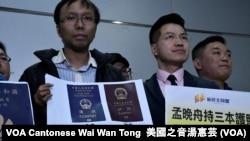 香港新同盟荃灣區議員譚凱邦手持統計資料,顯示香港特區護照及中國護照的國際排名 (攝影: 美國之音湯惠芸)