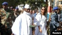 Le président sortant gambien Yahya Jammeh, accompagnée de son épouse Zineb during, arrivent sous l'escorte militaire au bureau de vote à Banjul, Gambie, 1er décembre 2016.