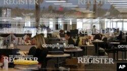 Suasana di ruang editorial surat kabar Orange County Register di Santa Ana, California (27/12). Sementara banyak PHK melanda wartawan di AS, koran ini malah menambah wartawan. (AP/Jae C. Hong)