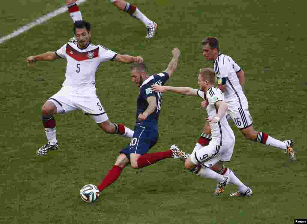 فرانس کے بینزیما فٹبال کو کِک لگاتے ہوئے