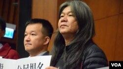 香港社民連立法會議員梁國雄 (右) (美國之音湯惠芸)