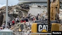Petugas penyelamat menemukan lagi satu jenazah dari reruntuhan gedung apartemen 12 lantai di dekat Miami, Florida Senin (28/6).