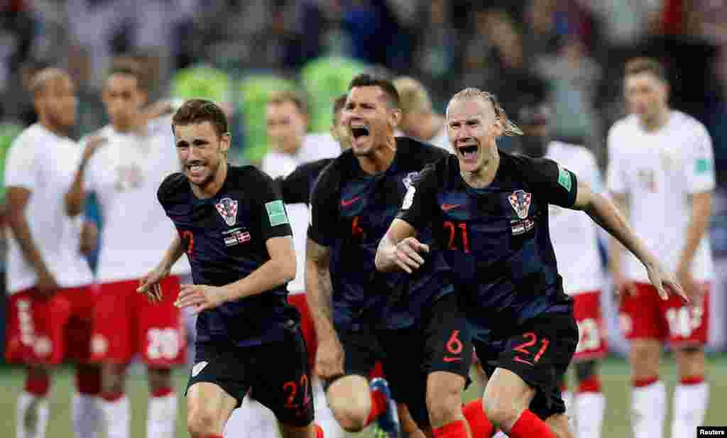 Hrvatski fudbaleri Josip Pivarić, Domagoj Vida i Dejan Lovren slave pobedu nad danskim fudbalskim timom na Svetskom prvenstvu u Rusiji. 1. juli, 2018.