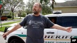 Eric Paddock, em của tay súng Stephen Paddock trong vụ nổ súng tại Las Vegas nói chuyện với truyền thông gần nhà tại Orlando ngày 2/10/2017.