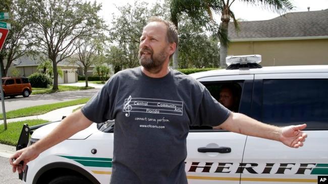 Em trai nghi phạm Stephen Paddock, ông Eric Paddock, phát biểu với báo giới tại Florida ngày 2/10/17