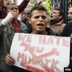 Para demonstran melakukan unjuk rasa di Kairo sambil meneriakkan slogan anti Presiden Hosni Mubarak, 27 Januari 2011.