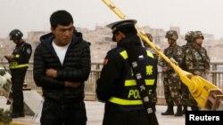 资料照 新疆喀什市街头警察在查身份